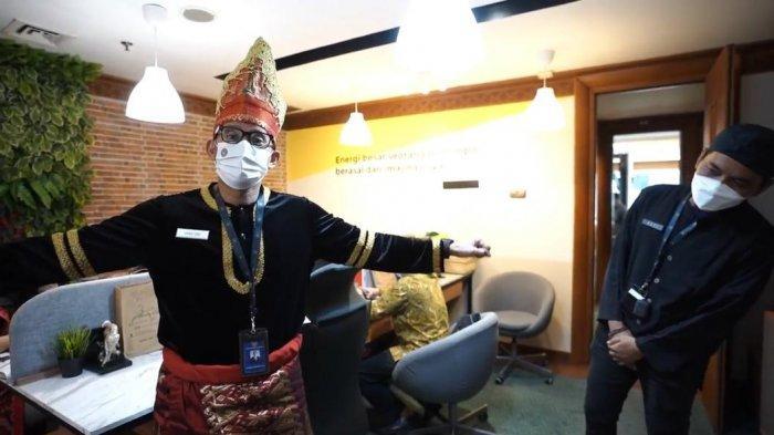 Bikin Asik Pegawainya yang Tak Bisa Mudik, Sandiaga Uno Hadiahkan Pakaian Adat Khas Sumatera Barat