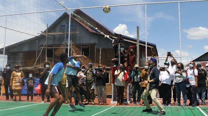 BERITA FOTO: Sandiaga Uno Main Voli Hingga Disanjung Sebagai Pemimpin Idola di Kampung Yoboi Papua