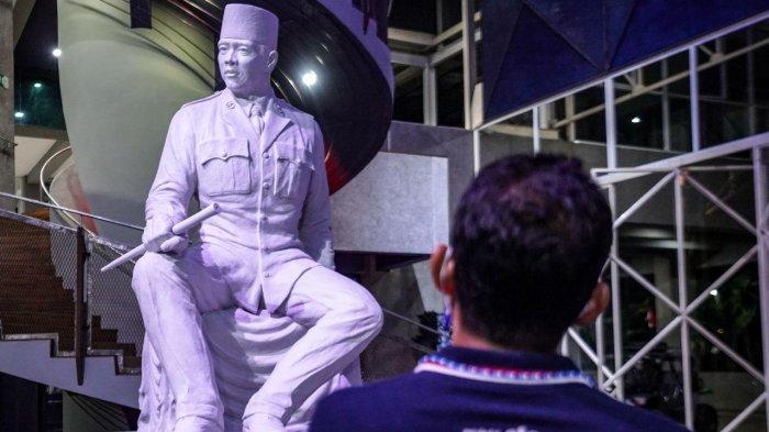Sandiaga Uno memandang patung Soekarno karya I Nyoman Nuarta di Museum Nyoman Nuarta, Jalan Setra Duta Hegar, Ciwaruga, Parongpong, Kabupaten Bandung Barat, Jawa Barat pada Senin (22/2/2021).