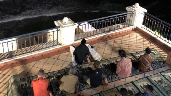 Salat Isya Berjamaah di Lantai Delapan Hotel Marbella Anyer, Sandiaga Uno Mengaku Merinding