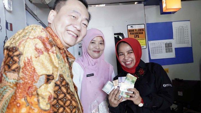 FOTO : Direktur BCA dan Deputi Gubernur Bank Indonesia Kunjungi Gerai Penukaran Uang