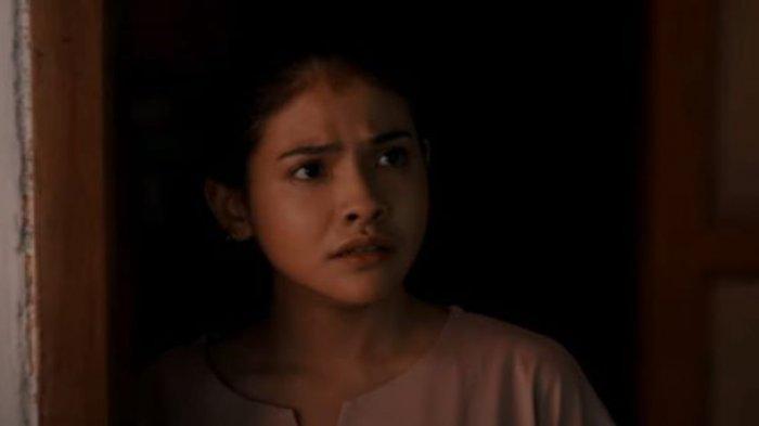 Penyanyi Sara Fajira ketika bermain film Hitam. Di film Hitam itu Sara Fajira berakting bersama aktor gaek Donny Damara. Film Hitam mulai tayang di Klik Film, Sabtu (19/6/2021).