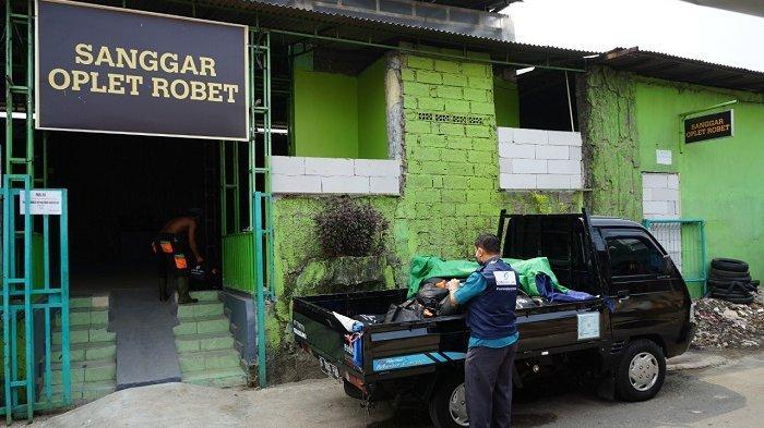 Perumda Pembangunan Sarana Jaya memberikan bantuan paket sembako kepada Sanggar Ocehan Plesetan Rombongan Betawi (Oplet Robet) yang terletak di Jl. Asem Nirbaya, Pinang Ranti, Makasar, Jakarta Timur.
