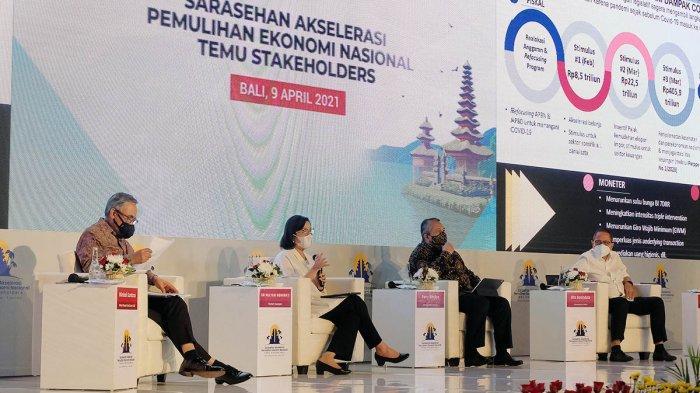 Menteri Keuangan Sri Mulyani Indrawati (kedua kiri), Ketua Dewan Komisioner Otoritas Jasa Keuangan (OJK) Wimboh Santoso (kiri), Gubernur Bank Indonesia Perry Warjiyo (kedua kanan) dan Ketua Komisi XI DPR RI Dito Ganinduto (kanan) menjadi pembicara dalam sarasehan akselerasi pemulihan ekonomi nasional temu stakeholders di Nusa Dua, Badung, Bali, Jumat (9/4/2021).