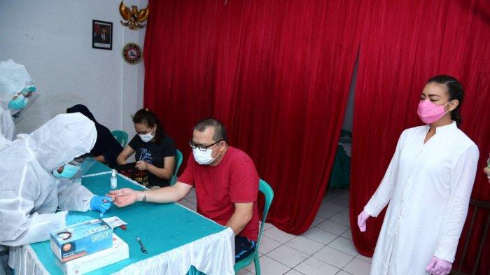 Pasangan Bakal Calon Kandidat Pilkada Tangsel, Muhamad-Saraswati menyerahkan bantuan sebanyak 10.000 alat rapid test kepada warga Tangsel. Bantuan itu diserahkan secara simbolis kepada sejumlah perwakilan petugas medis, mulai dari klinik swasta, rumah sakit umum, rumah sakit swasta dan Palang Merah Indonesia (PMI) Kota Tangsel di Komplek Perumahan Vila Melati Mas, Serpong Utara, Tangsel pada Minggu (20/9/2020).