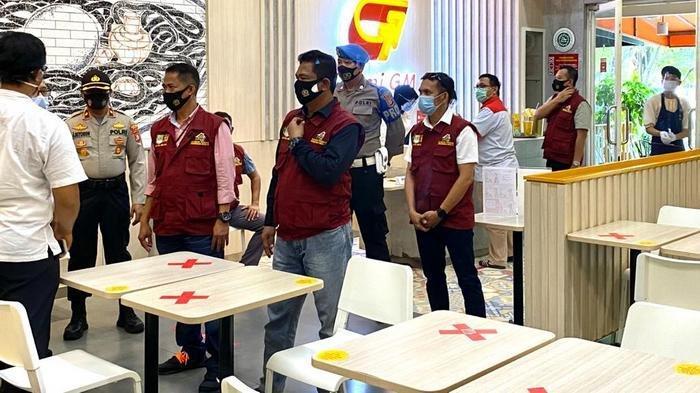 Satuan Tugas (Satgas) Penanganan dan Percepatan Covid-19 Kabupaten Bekasi melakukan operasi yustisi penerapan protokol kesehatan di tempat kuliner di Cikarang, Kabupaten Bekasi, pada Rabu (23/9/2020).