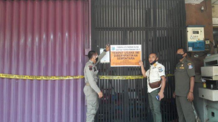 Satpol PP Kota Tangsel menyegel griya pijat Delta Spa and Lounge yang berlokasi di Ruko Golden Boulevard, BSD City, Serpong, Tangerang Selatan pada Rabu (7/10/2020).
