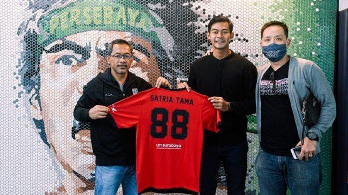 Satria Tama usai menandatangani kontrak  berfoto bersama pelatih Persebaya Aji Santoso dan Agennya, Gabriel Budi