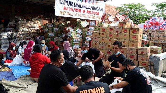 Suasana pengungsian di Saung Desa Pebayuran, Kabupaten Bekasi.