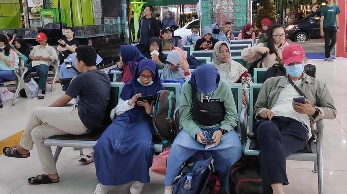 Suasana penumpang di Stasiun Gambir, Jakarta Pusat, Rabu (25/12).