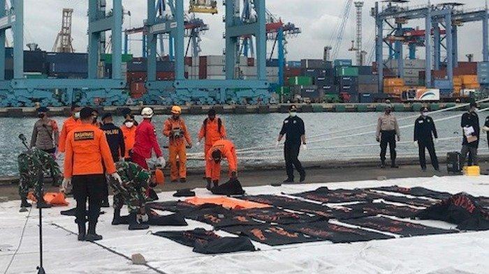 Ada 36 Kantong Jenazah Isi Bagian Tubuh Korban Sriwijaya Air SJ-182 Diserahkan KN Karna ke Basarnas