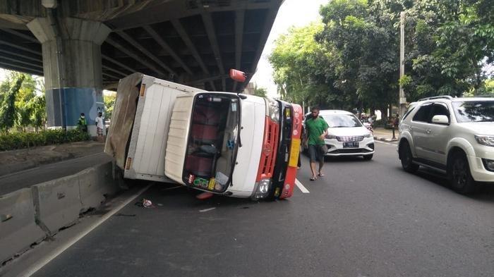 Hindari Motor, Mobil Boks Isi Air Mineral Terguling di Pulogadung, Tak Ada Korban Jiwa