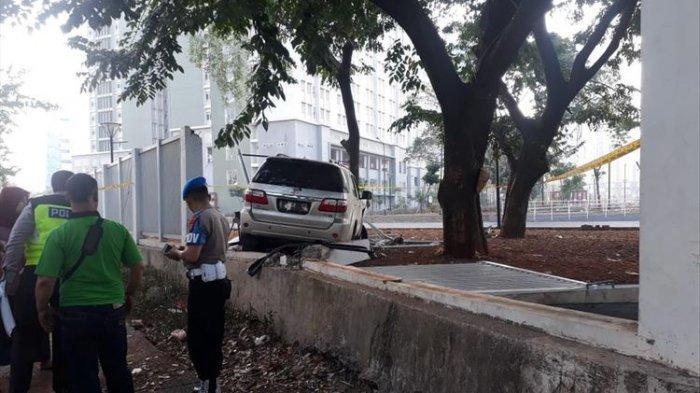 Toyota Fortuner Putih Tabrak Pagar Wisma Atlet Kemayoran