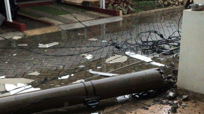 Waspada Angin Puting Beliung di Depok, Tiang Listrik di Vila Pertiwi Roboh Timpa Rumah Warga