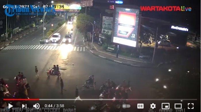VIDEO Gerombolan Begundal Remaja Bikin Onar Acungkan Senjata Tajam di Jalan, Polisi Masih Memburunya