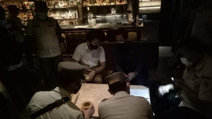 Langgar Jam Operasional, A/A Resto and Bar Disegel Sampai PPKM Level 3 Selesai - segel-aa-bar.jpg
