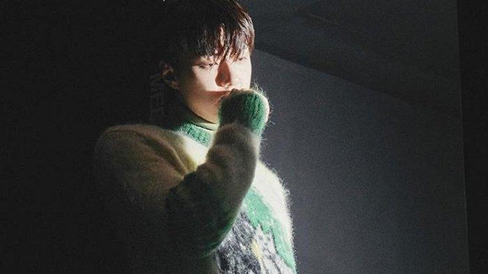 Aktor sekaligus penyanyi Sehun EXO dalam pemotretan dan wawancara untuk majalah Esquire.