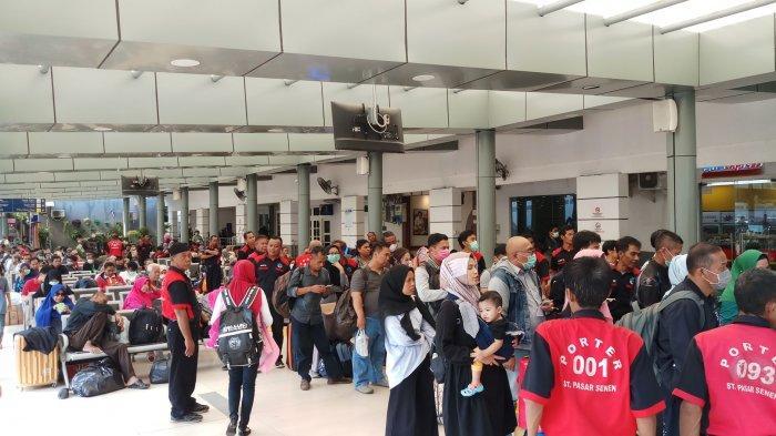 VIDEO: Ada Wabah Corona, Perjalanan KA di Stasiun Senen Terlihat Normal