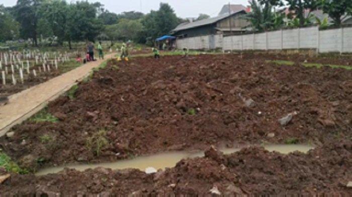 Diguyur Hujan Deras, Liang Makam Jenazah Covid-19 di TPU Bambu Apus Tergenang