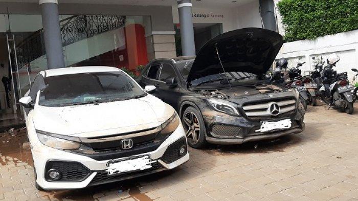 Banjir diakibatkan hujan deras yang mengguyur sejak Sabtu dini hari sehingga mengakibatkan Kali Krukut meluap dan merendam sejumlah mobil di Kawasan Kemang, Mampang Prapatan, Jakarta Selatan.