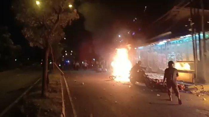 Foto-Foto Bentrokan Pemuda Pancasila dengan Pendekar PSHT di Bekasi, Motor Dibakar, Bangunan Hancur