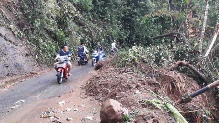 Sejumlah pengendara melintasi lokasi longsor di Desa Pancawati, Kecamatan Caringin, Kabupaten Bogor, Selasa (22/9/2020).