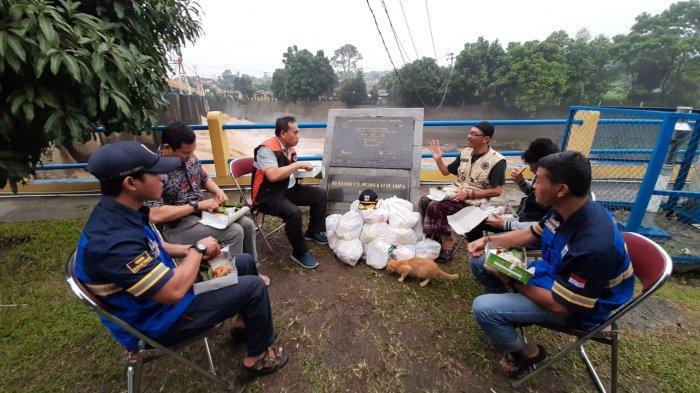 VIDEO: Beri Apresiasi, Sekda DKI Ajak Makan Bareng Petugas Bendung Katulampa
