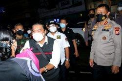 Gelar Patroli PPKM Level 4 Tanpa Penindakan, Pemprov Banten Bagikan Sembako ke Warga Tak Mampu