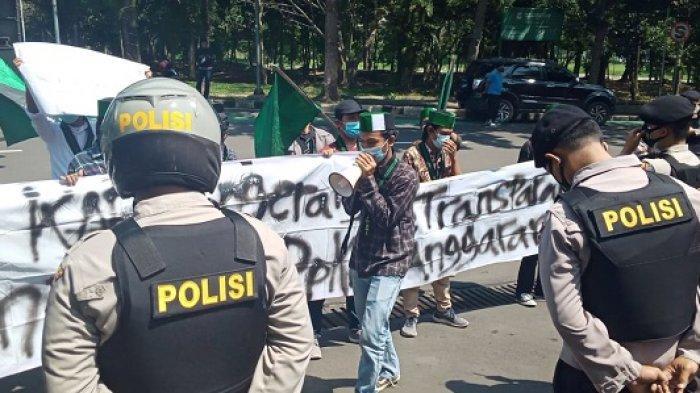 Sekelompok mahasiswa dari HMI melakukan unjuk rasa di Tigaraksa, Tangerang