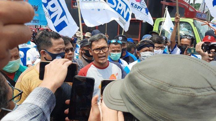 Demo Depan DPR RI, Massa Buruh Minta Legislatif Review Omnibus Law UU Cipta Kerja