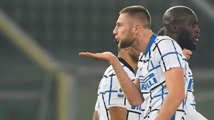 Bek tengah Inter Milan, Milan Skriniar, melakukan selebrasi setelah mencetak gol penentu kemenangan Internazionale Milano dari Hellas Verona, 2-1, Kamis (24/12) dini hari WIB.