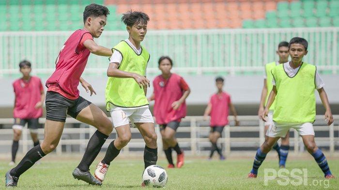 Para pemain muda Indonesia saat menjalani seleksi untuk bisa masuk dalam skuat Garuda Select di Stadion Pakansari, Bogor
