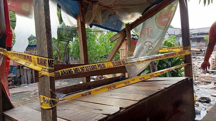 Garis polisi dipasang di tempat yang biasa dijadikan tempat berkumpul warga di RT 001/04 Semper Barat, Jakarta Utara. Wilayah ini dilakukan lockdown karena terdapat 22 orang terkonfirmasi virus corona atau Covid-19. Lockdown mulai berlaku Jumat (4/6/2021) besok.