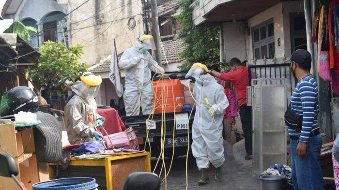 PMI Kota Tangerang Turunkan Tim Spraying Dalam Recovery Pasca Banjir di Periuk