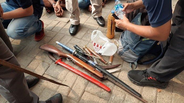 Selain Narkoba, Polisi Temukan 2 Senjata Api Rakitan dan Sejumlah Senjata Tajam di Kampung Ambon