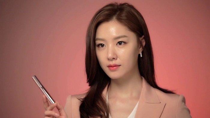 Aktris Korea Seo Ji Hye dikabarkan menjalin cinta dengan Kim Jung Hyun setelah sama-sama membintangi drama Korea Crash Landing on You.