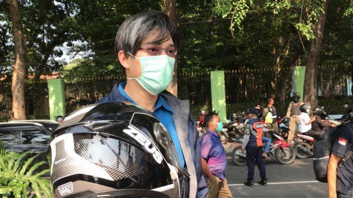 Seorang pelanggar yang tertangkap karena tidak menggunakan masker saat berkendara mengemukakan kekecewaannya di Jalan Danau Sunter Selatan, Jakarta Utara, Rabu (16/9).