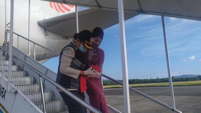 Seorang penumpang melahirkan di pesawat Lion Air bikin heboh. Penumpang itu bernama Anastasia Geavani diketahui melahirkan di pesawat Lion Air dalam perjalanan Merauke – Jayapura – Makassar – Jakarta, pada Selasa (17/11/2020).
