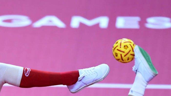 Pemain sepak takraw Vietnam berusaha melepaskan tembakan yang diadang pemain Thailand, pada final sepak takraw kuadran putri Asian Games 2018 di GOR Ranau, Jakabaring Sport City (JSC), Palembang, Sumatera Selatan, Sabtu (1/9/2018). Thailand berhasil memperoleh medali emas setelah menang atas Vietnam dengan skor 2-0.