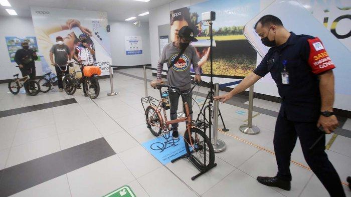 Pesepeda melintasi jalur khusus sepeda MRT di Stasiun MRT Bundaran HI, Jakarta Pusat, saat uji coba fasilitasnya, Senin (22/3/2021).