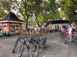 Pengunjung TMII Manfaatkan Jasa Rental Sepeda untuk Berolahraga sekaligus Berwisata di Libur Lebaran