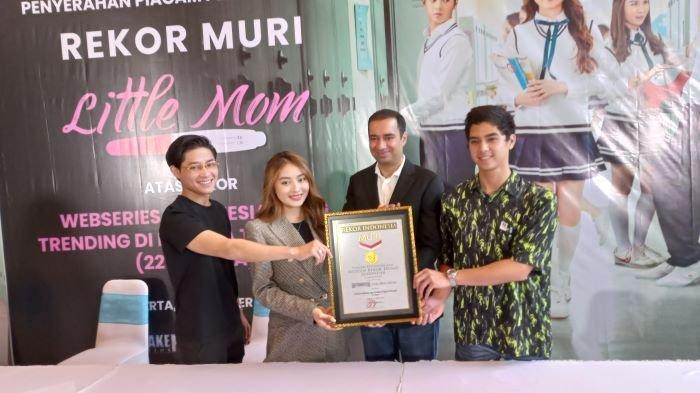 Natasha Wilona, Teuku Rassya dan Al Ghazali berpose bersama setelah serial original Little Mom produksi Hitmakers Studio meraih penghargaan Museum Rekor Indonesia (MuRI), Rabu (13/10/2021). Serial yang ditayangkan di WeTV itu dapat penghargaan setelah trending di 22 negara di seluruh dunia.