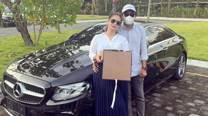 Shyalimar Malik memamerkan mobil Mercedez Benz baru tanpa nomor polisi dan uang Dollar dalam kotak bunga pemberian pacar rahasianya, Minggu (14/2/2021).