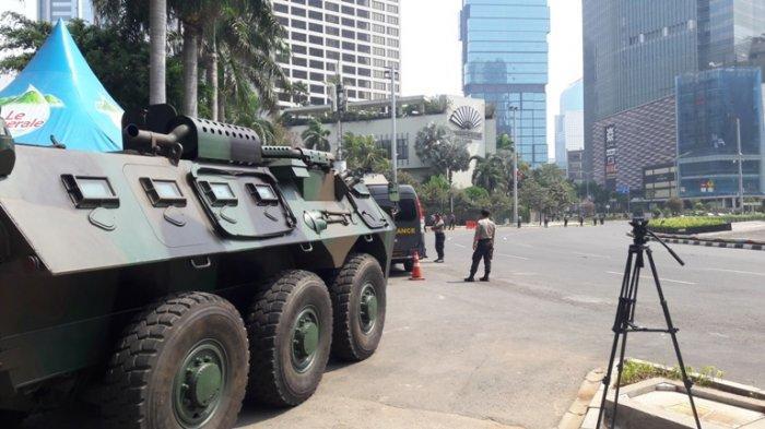 TNI dan Polisi Siaga di Kawasan Bundaran Hotel Indonesia Menjelang Pelantikan Jokowi-KH Maruf Amin