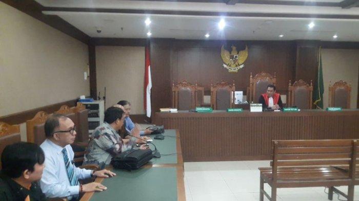 Hakim Anggota Bintang Al menyampaikan penundaan sidang class action banjir Jakarta 2020 di Pengadilan Negeri Jakarta Pusat, Selasa (10/3/2020).