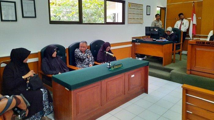 Jamaah First Travel Bershalawat Mengiringi Majelis Hakim Saat Memasuki Ruang Sidang PN Depok