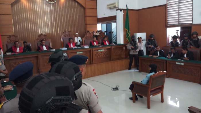 Aman Abdurrahman Sujud Syukur Usai Divonis Mati, Polisi Langsung Bentuk Barikade