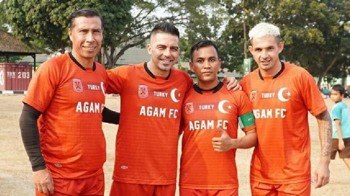 Silvio Escobar bermain sepak bola antar kampung (tarkam) bersama Javier Rocha dan Cristian Carrasco di tim Agam FC