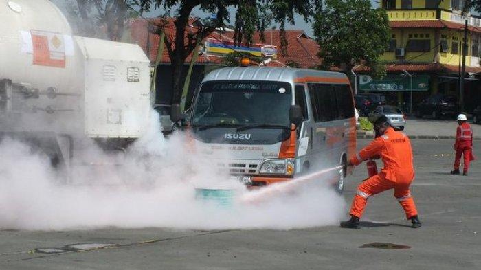 Pekerja Jalan Tol Tangerang-Merak Latihan Tangani Tumpahan Limbah Beracun