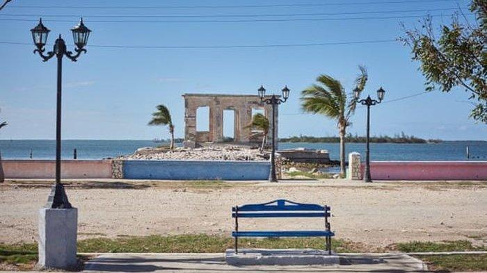 Sisa-sisa rumah di Pantai Isabela Sagua, Kuba,  yang diterjang Badai Irna pada tahun 2017.